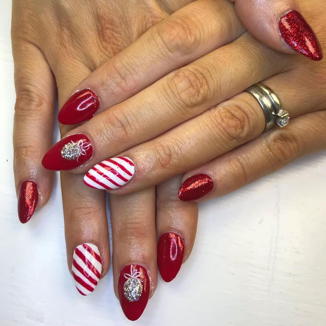 46 Festive Christmas Acrylic Nails Designs 2019