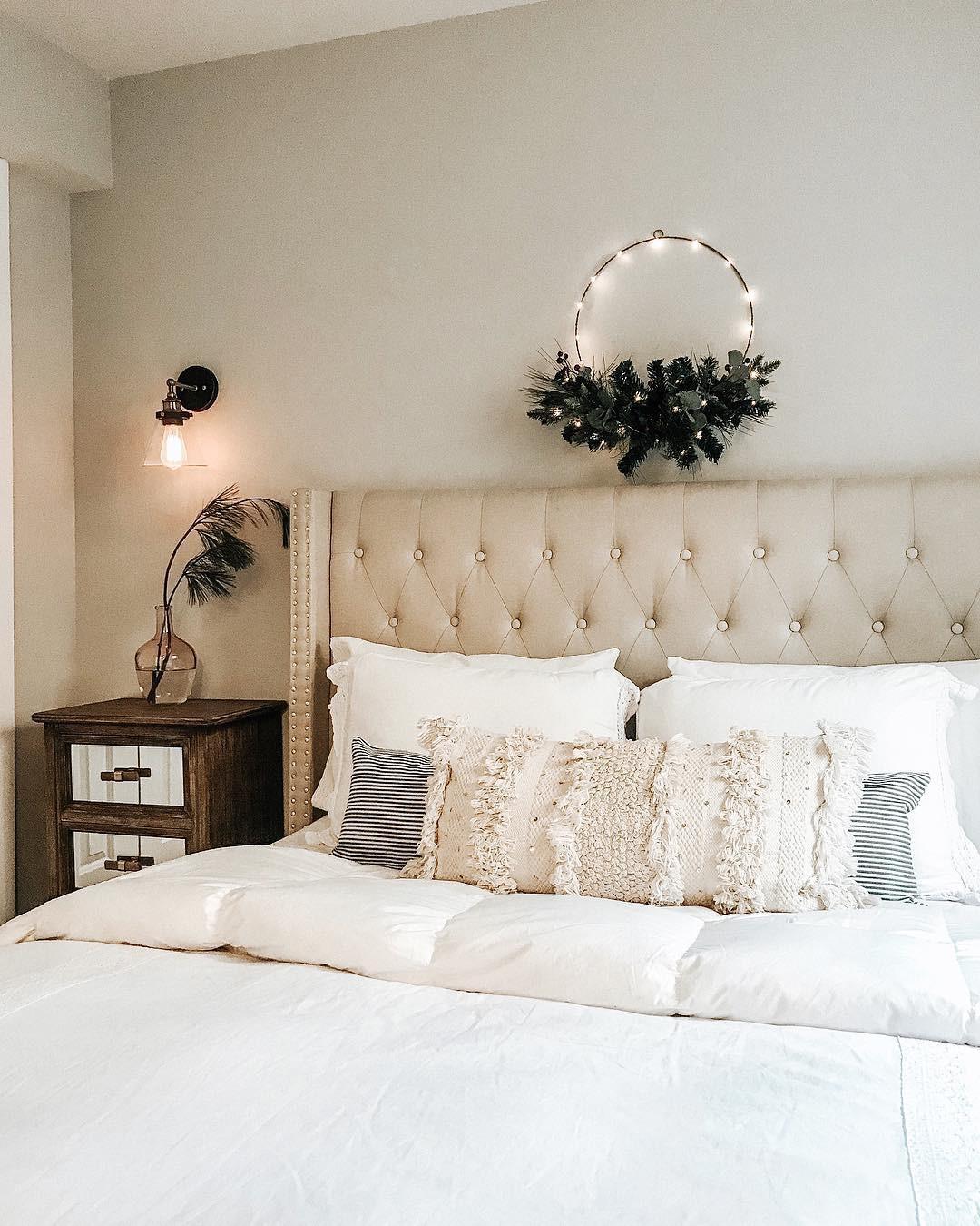 35 Inspiring Christmas Bedroom Decorating Ideas