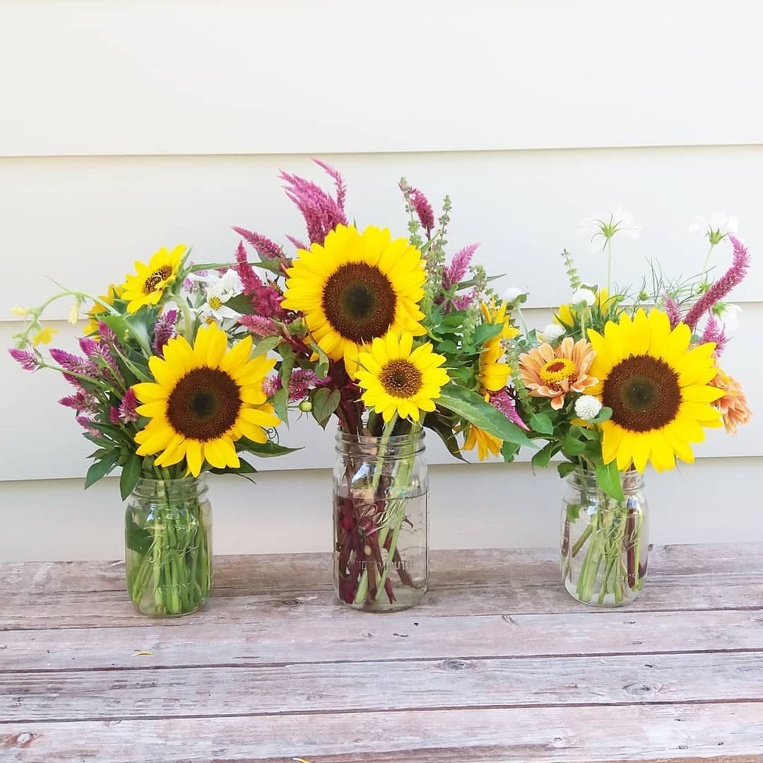 Mason Jar Flower Arrangements You'll Want to Display,mason jar flower weddings,mason jar flower ideas,christmas mason jar