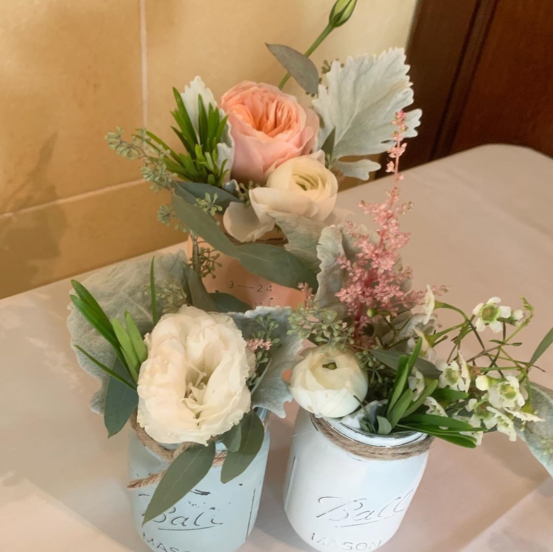 Mason Jar Flower Arrangements You'll Want to Display,mason jar flower weddings,mason jar flower ideas,christmas mason jar