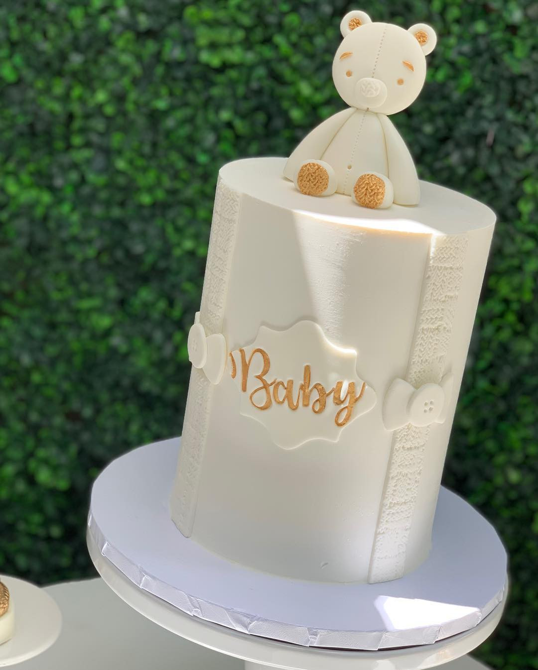 42 Baby Shower Ideas For the Modern Mama,all white baby shower outfit,all white baby shower invitations,all white baby shower dress,white baby shower decorations